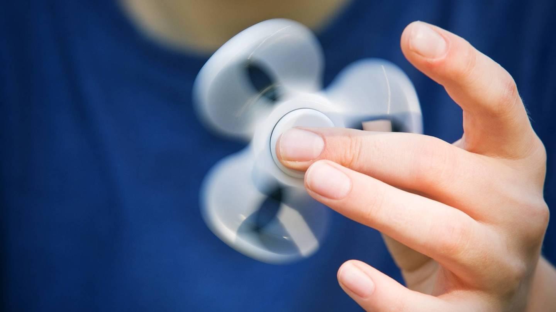 ADHS: Finger wirbeln einen Handkreisel (Fidget Spinner) umher.